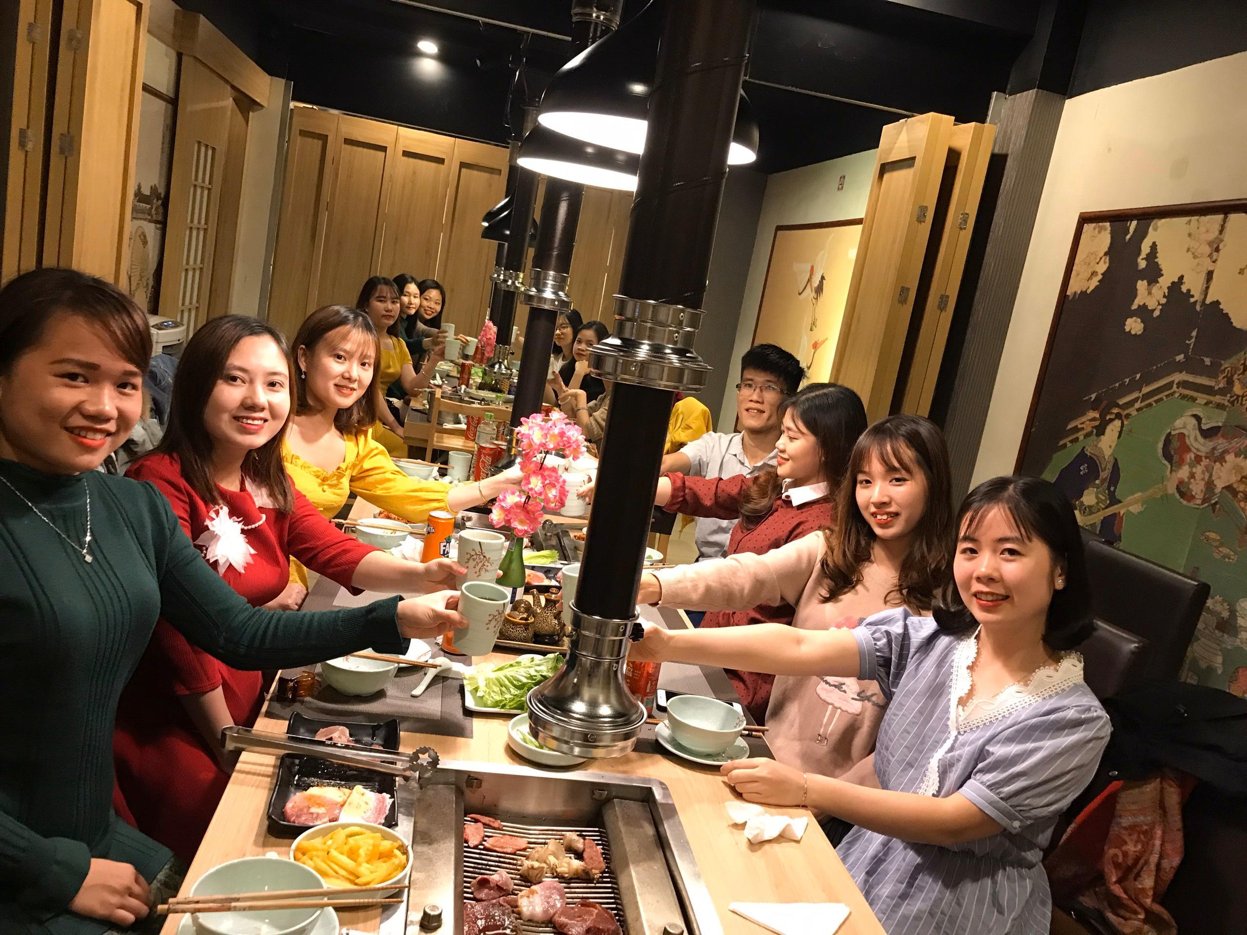 Mọi người vui vẻ cùng nhau thưởng thức những món ăn ngon tại nhà hàng phố nướng Sakura